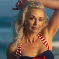 Mujer gana concurso de bikinis a sus 56 años y se convierte en la portada de una revista