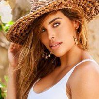 Sara Corrales habló de su cuerpo luciendo un diminuto bikini