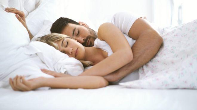 Los hombres piensan más en comer y domir que en sexo, según estudio