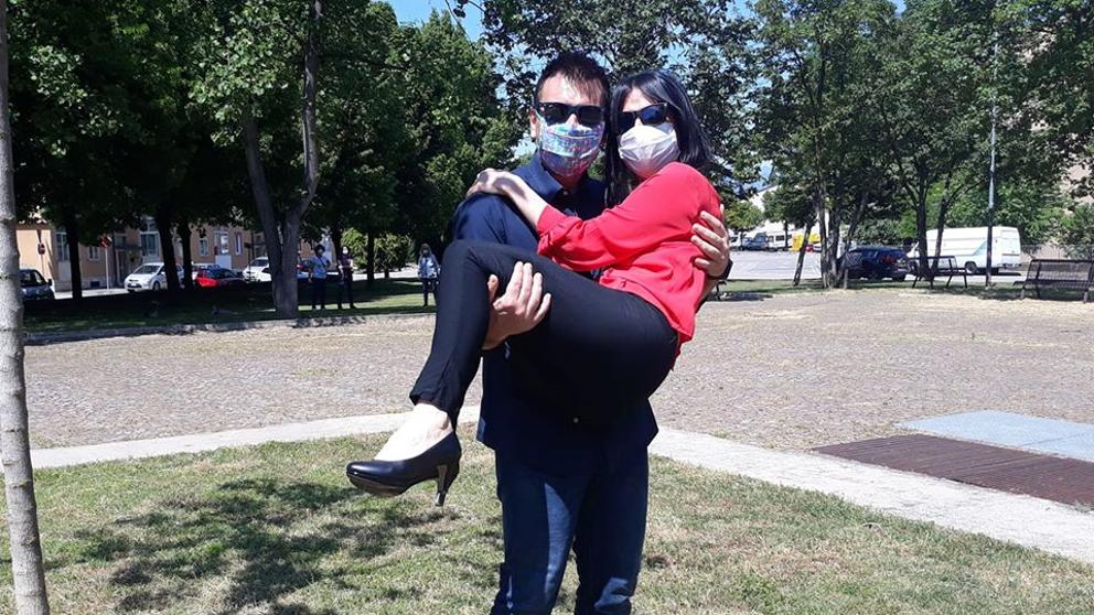 Boda en tiempos de Coronavirus: pareja de italianos que se conoció desde sus balcones anuncia que se casarán