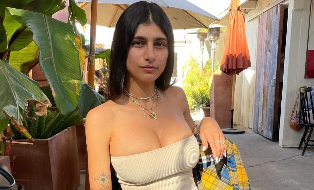 Mia Khalifa presume su estudio de OnlyFans con una sensual foto bajo el sol