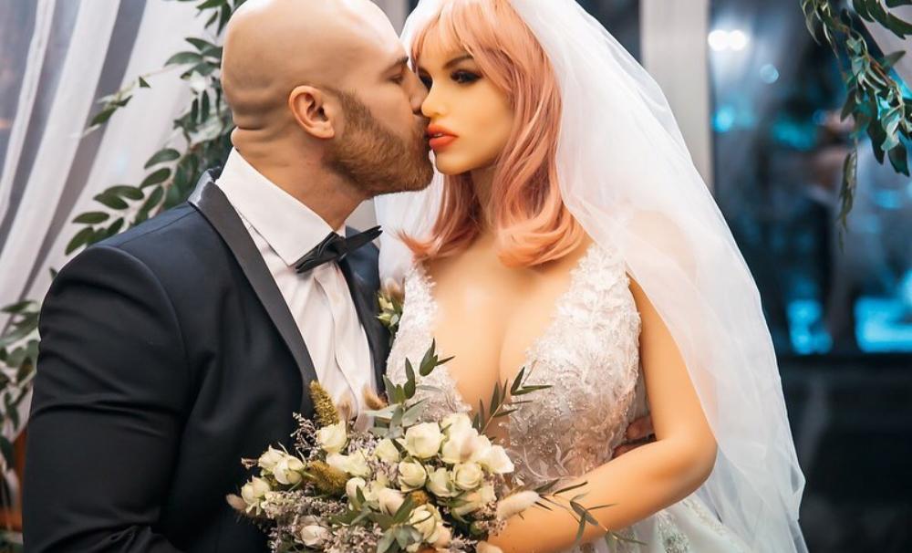 Famoso fisicoculturista se casó con su muñeca sexual de plástico