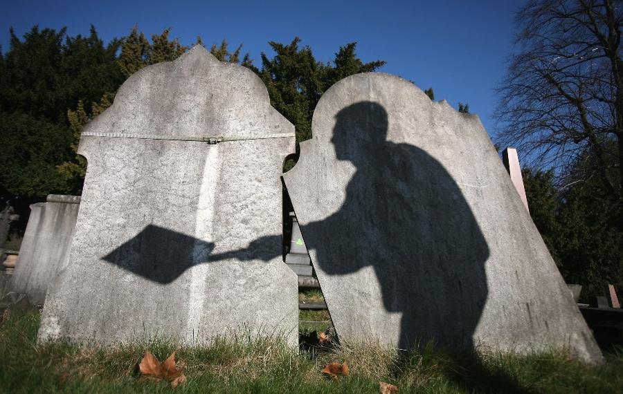 Llevan el cadáver de un hombre al banco para retirar dinero y pagar el funeral