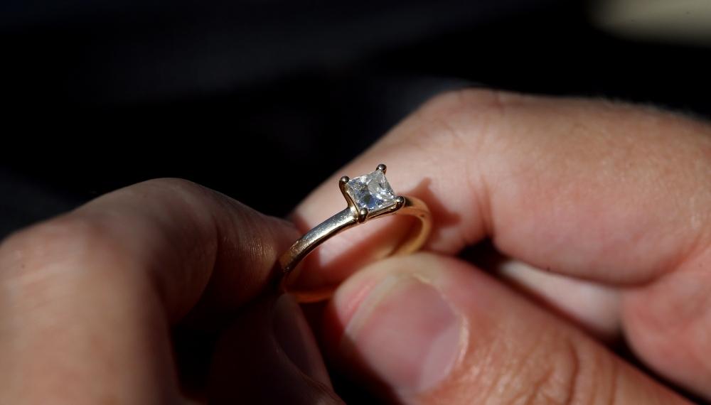Hombre roba anillo ex