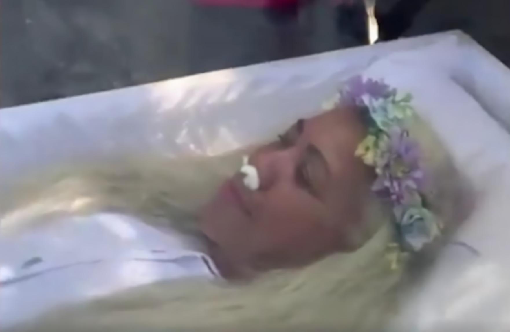 Una mujer simuló su muerte porque quería saber qué se siente al fallecer