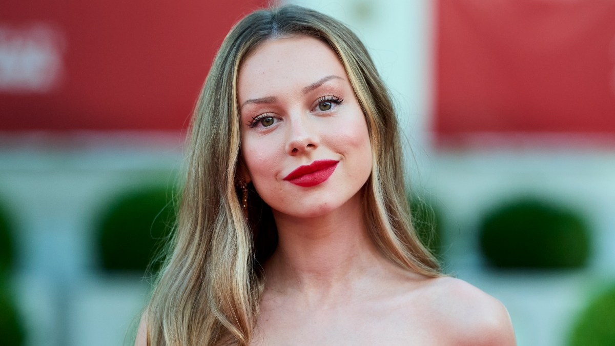 Ester Expósito deslumbró vestida de rojo