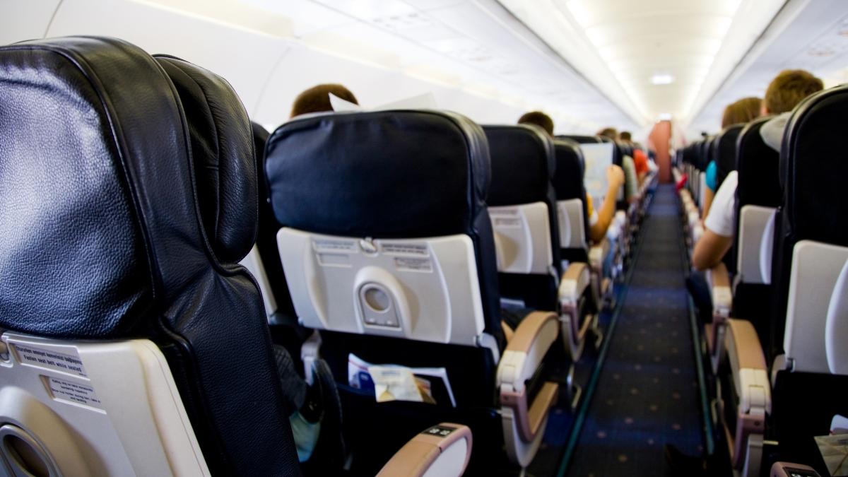 Amarran a una pasajera con cinta en un avión