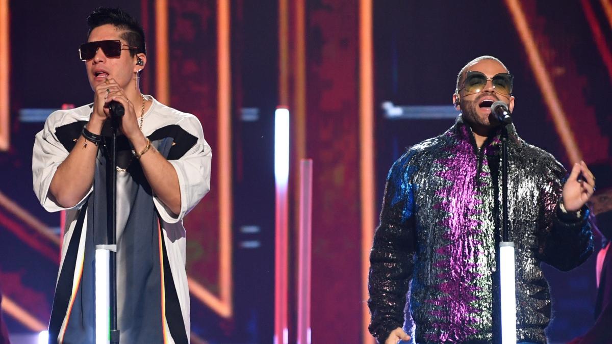 Chyno y Nacho se presentan en el escenario de los Premios Juventud 2021