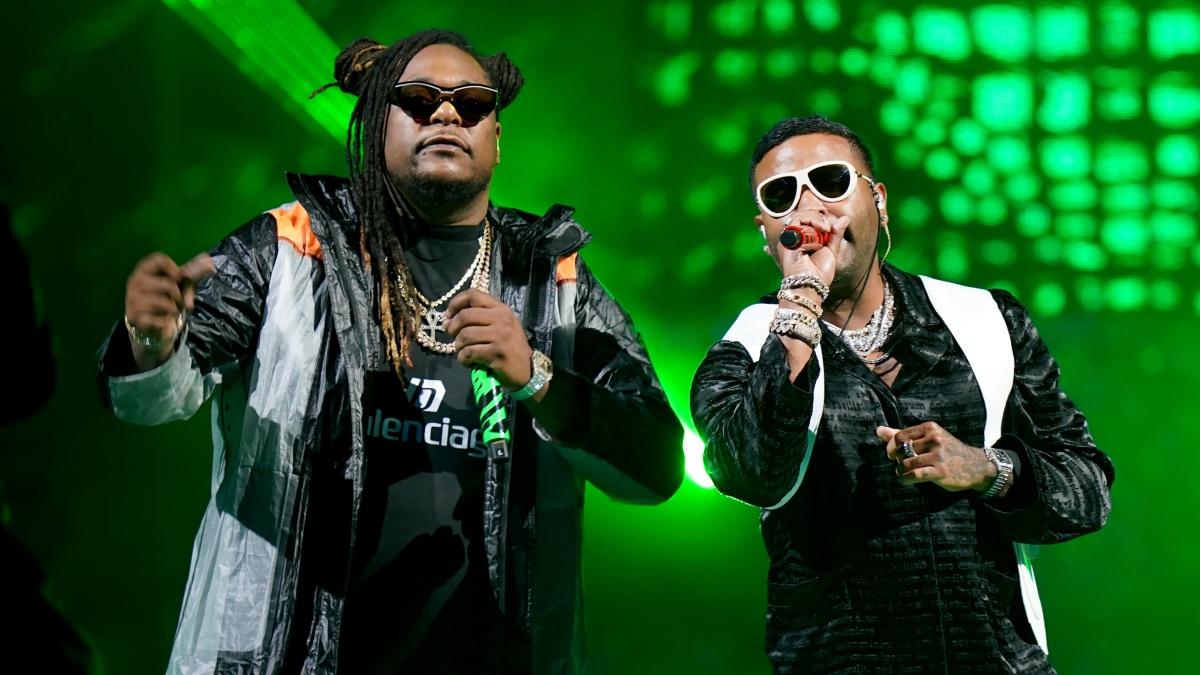 Zion y Lennox en el escenario durante la edición número 33 de Premio Lo Nuestro